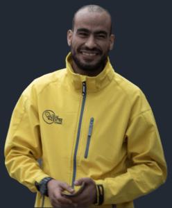 Steward urbain de Liège centre souriant en uniforme jaune