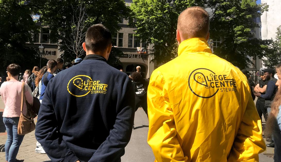 Deux stewards de dos