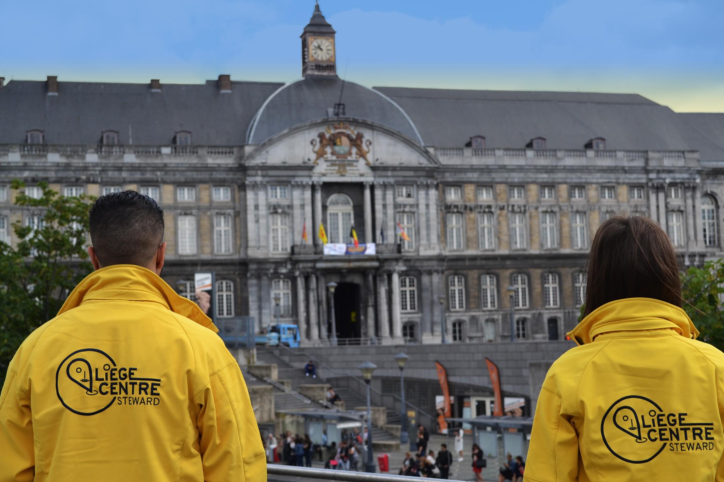 deux stewards de l'asbl Liège Centre regardant le palais de Princes évêques